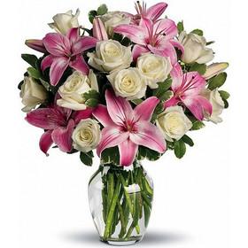 e6c36dc67952 Μυροβόλα ανθοδέσμη Ανθοδέσμη με λευκά τριαντάφυλλα και ροζ λίλιουμ