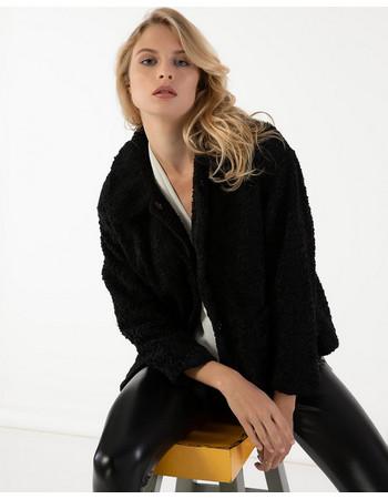 Κοντό γούνινο παλτό με υφή προβατάκι και τσέπες μπροστά - Μαύρο 7a78d69e153