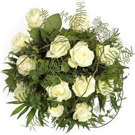 f41d874fb33e Το καμάρι της Νύφης Λευκή ανθοδέσμη από φρέσκα λευκά τριαντάφυλλα