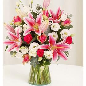 54527ba8914a Διάφανη Χαραυγή Ανθοδέσμη με ροζ τριαντάφυλλα και σταργκέϊζερς